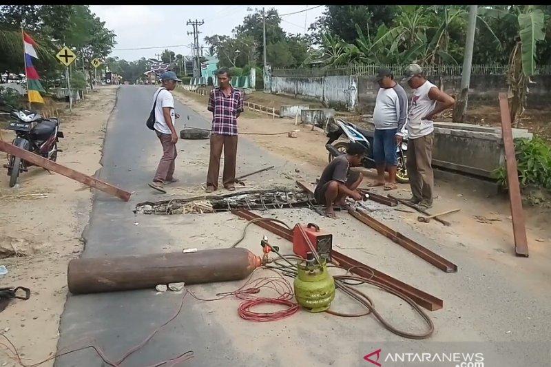 Warga Lampung Timur perbaiki jalan rusak