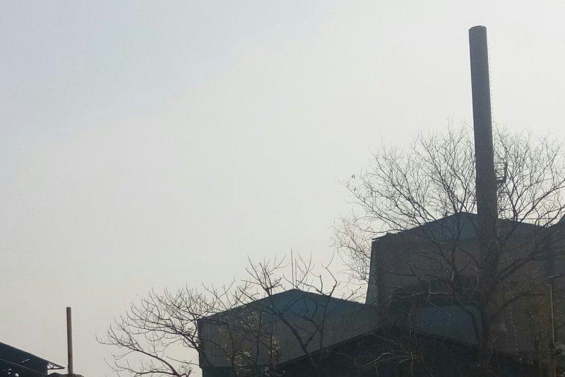 Dinas LH DKI uji emisi cerobong asap pabrik peleburan baja