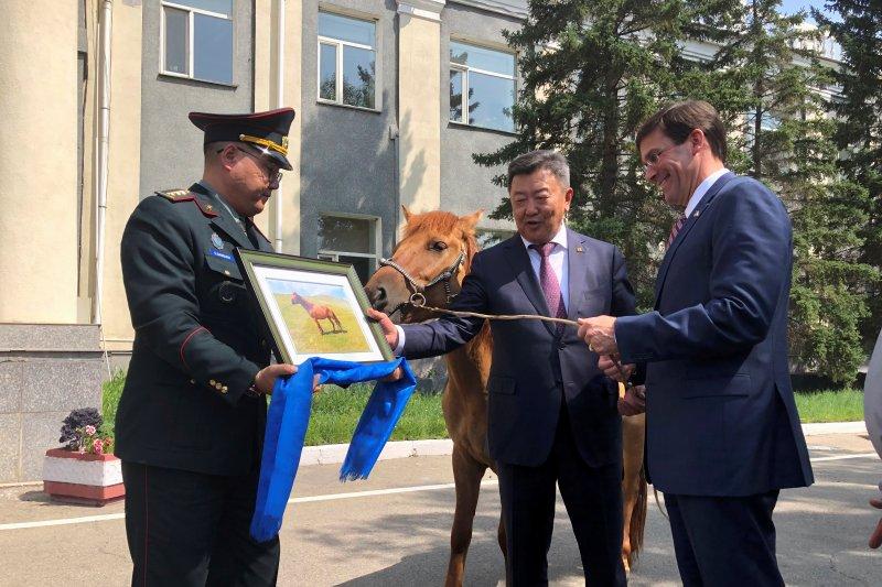 Menteri Pertahanan Amerika Serikat diberi hadiah seekor kuda