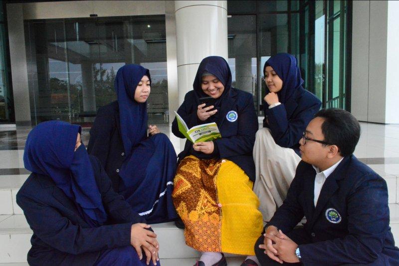 Mahasiswa UM membuat buku Buku Pendamping Pembelajaran CHEt(AR)