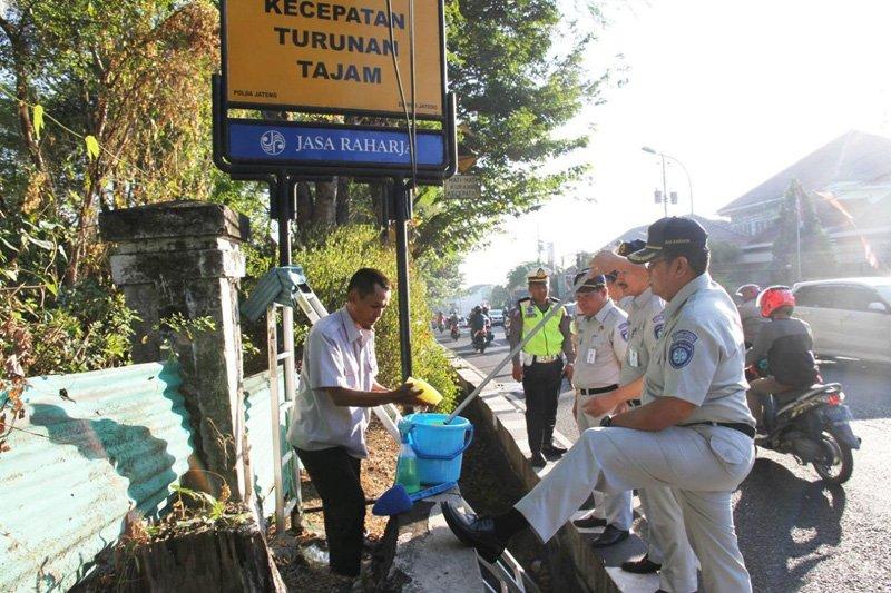 Jelang HUT RI, Jasa Raharja bersihkan papan rambu lalu lintas