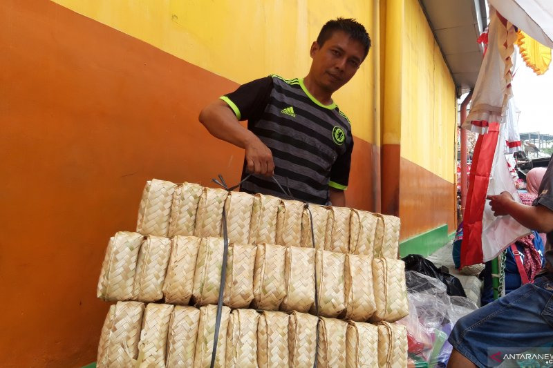 Pedagang besek bambu Pasar Jatinegara Jakarta Timur kekurangan pasokan