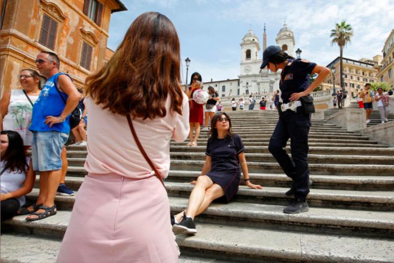 Roma melarang turis duduk-duduk di Tangga Spanyol