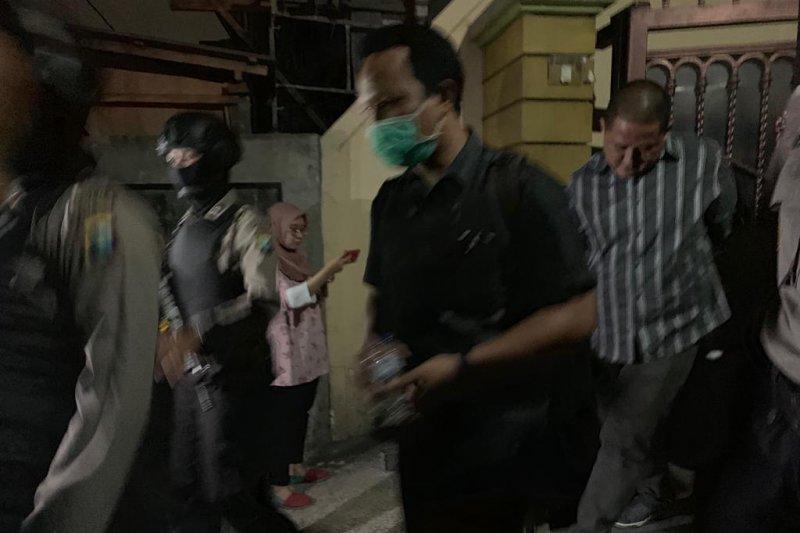 KPK amankan barang bukti dari rumah mantan pejabat Pemprov Jatim