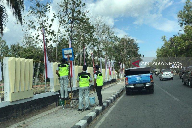 Jasa Raharja bersihkan rambu lalu lintas untuk mengurangi kecelakaan