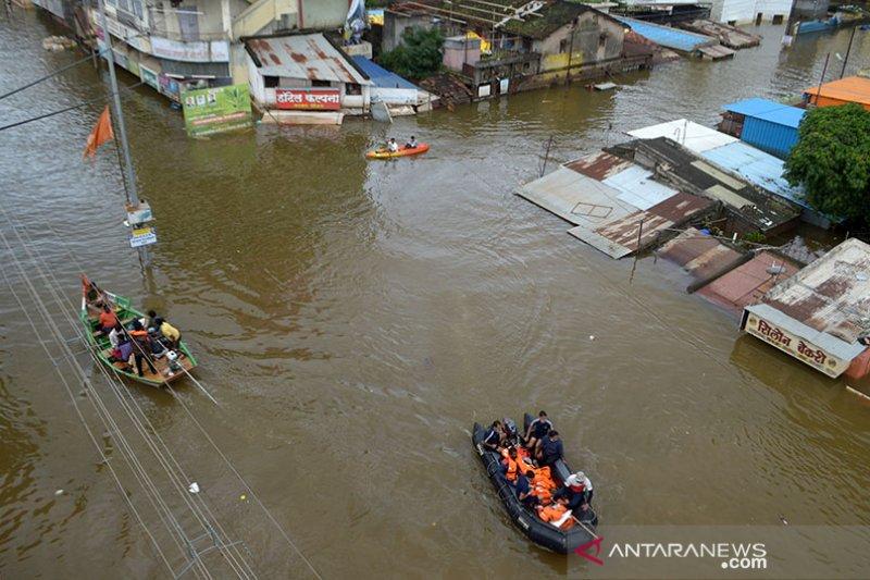 98 orang tewas dan ribuan mengungsi akibat banjir di India