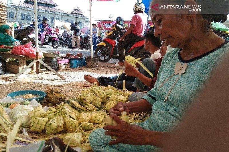 Jelang Idul Adha, pedagang kulit ketupat menjamur