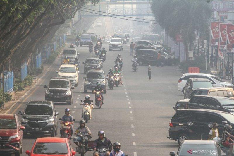 Warga Kota Pekanbaru takbir keliling di tengah kabut asap