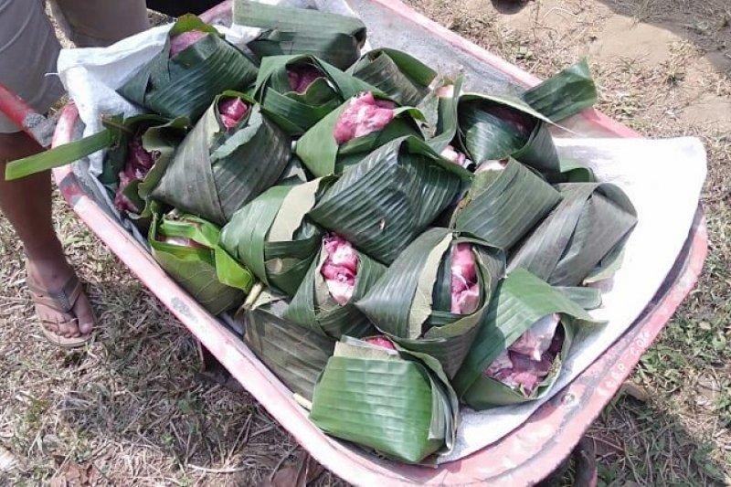 Daun pisang dipakai membungkus daging kurban di Blitar
