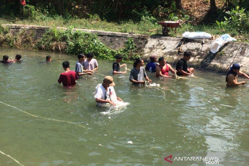 Warga Sleman mencuci jeroan di Selokan Mataram