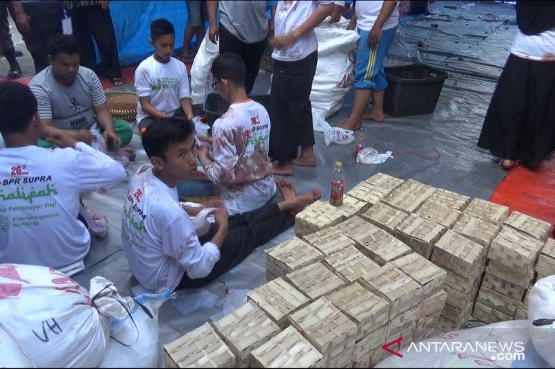 Penyaluran kurban di Sukabumi gunakan pembungkus besek