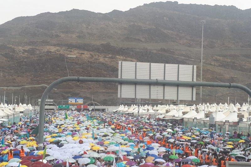 Hujan deras di Mina tak surutkan jemaah Indonesia lempar jamrah