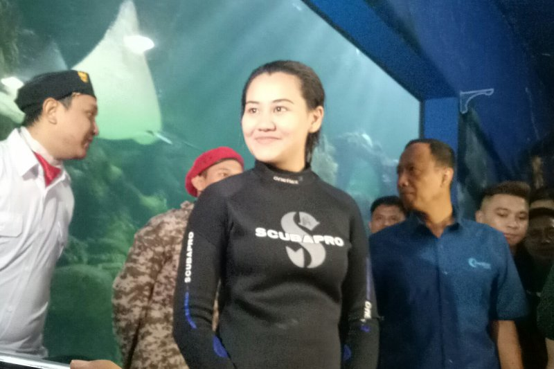 Aaliyah Massaid kibarkan bendera dalam air