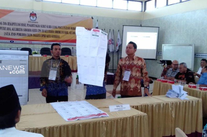 Hitung ulang surat suara tiga TPS di Surabaya berjalan lancar