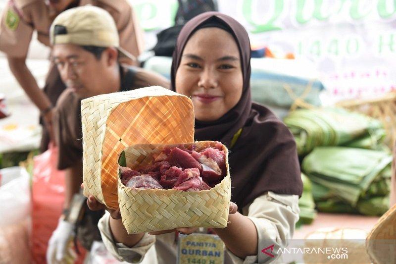 Pertamina Dumai ganti plastik daging kurban dengan daun nanas
