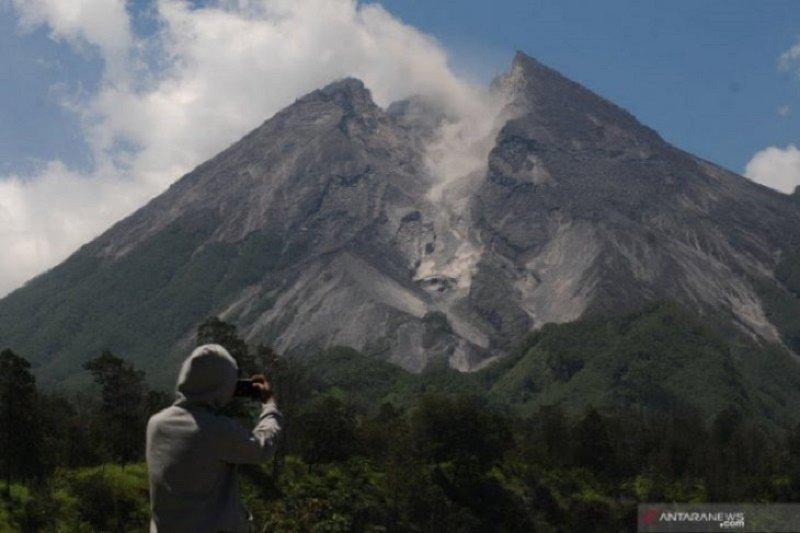 Awan panas guguran Gunung Merapi meluncur sejauh 950 meter