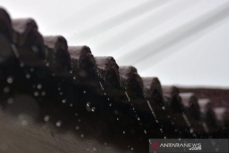 Hujan datang tapi asap karhutla tak hilang di Pekanbaru, kok bisa?