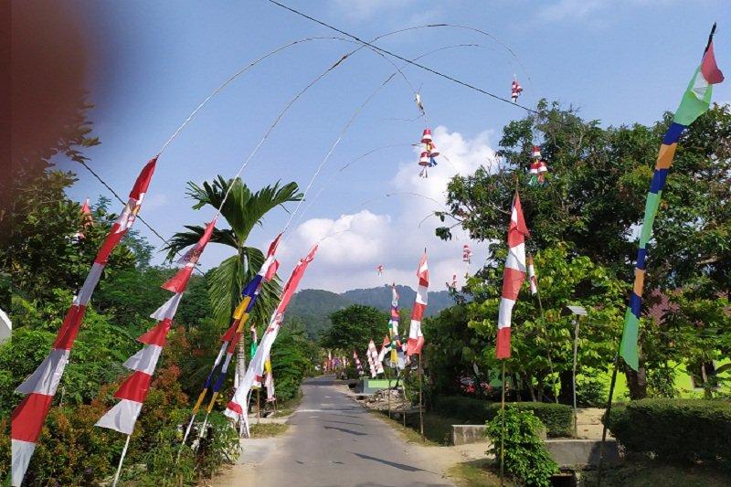 Warga mempercantik desa menyambut HUT Kemerdekaan