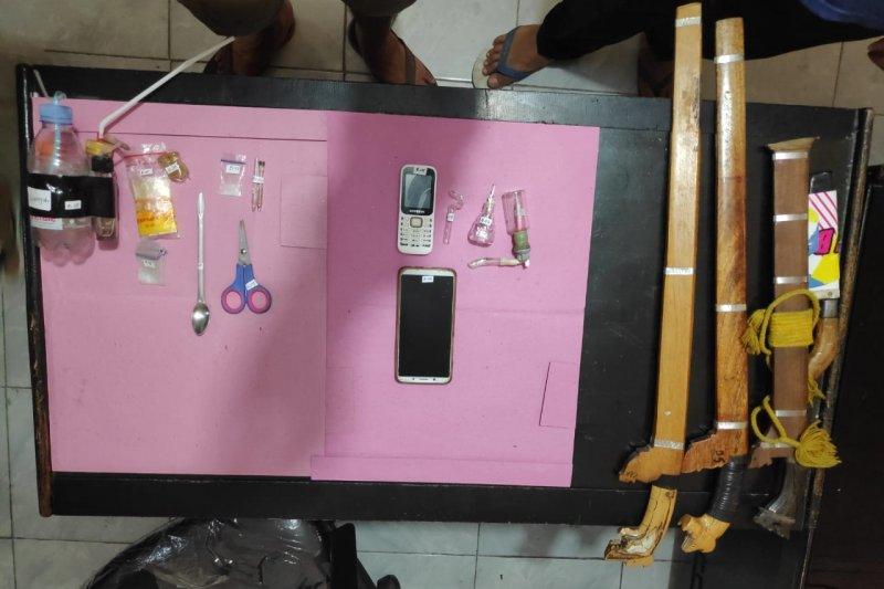 Polisi ringkus oknum pegawai Lapas anak dan pensiunan bank kasus narkoba