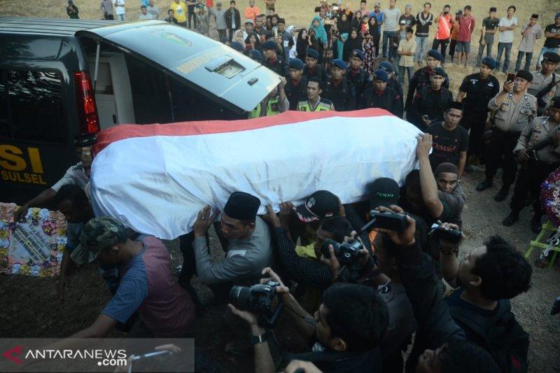 Jenazah alm Brigpol Anumerta Hedar dimakamkan di Pemakaman Laijo Barru
