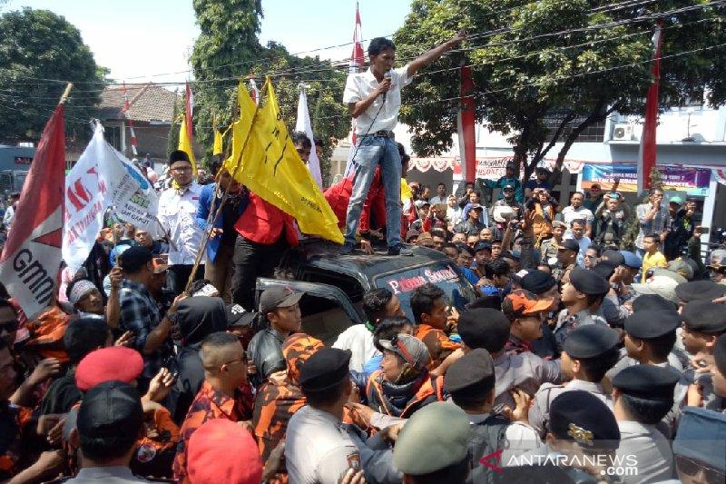 Aksi PKL warnai pelantikan anggota DPRD Garut