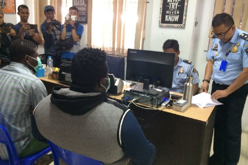 Imigrasi Tasikmalaya tangkap dan deportasi dua WNA asal Nigeria