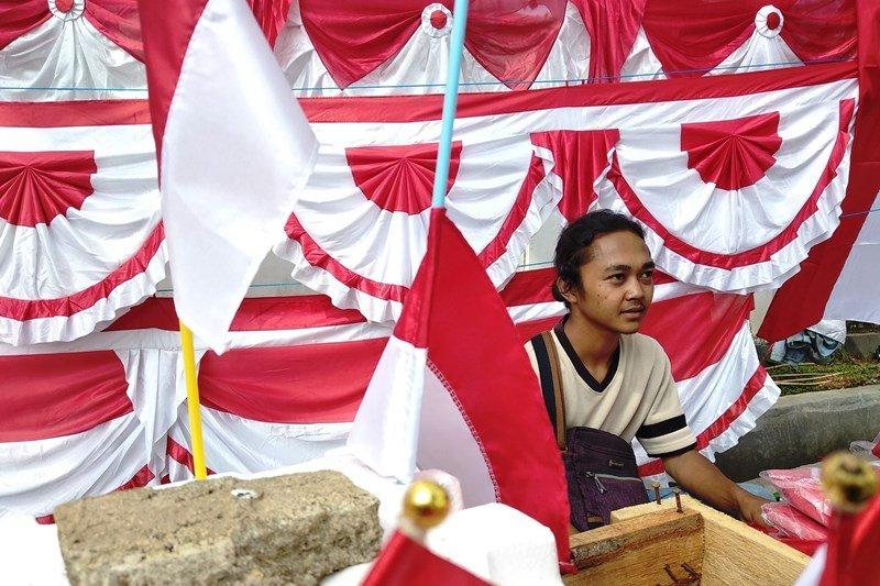 Penjaja bendera asal Garut berburu rezeki di Mamuju