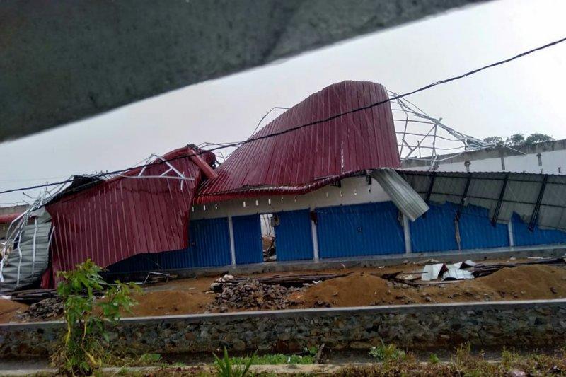 Pemukiman warga Kubu Raya diterjang angin kencang