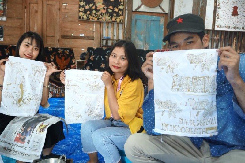 UMK mengajak tiga mahasiswa asing membatik bertema kemerdekaan