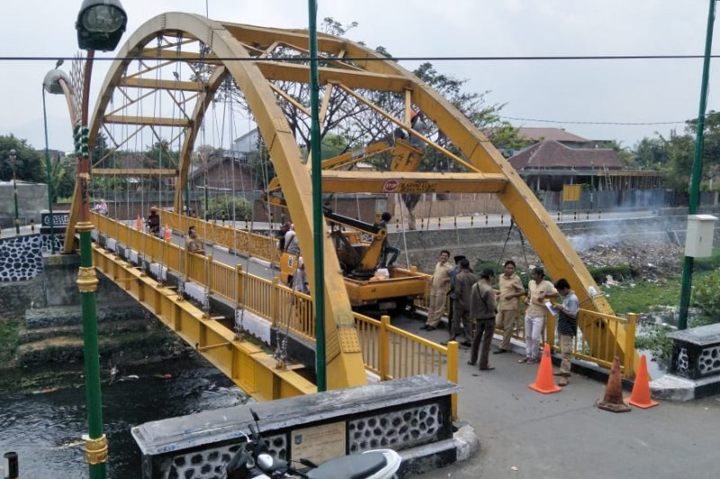 Pemkot Mataram memasang ornamen lampu hias Jembatan Dasan Agung