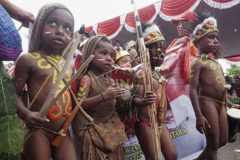 Peserta karnaval menyambut HUT Kemerdekaan RI