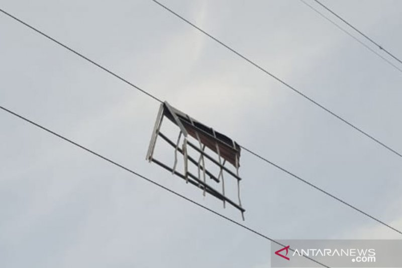 Puting beliung landa Pontianak, PLN pulihkan gangguan pemadaman