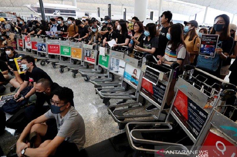 Ratusan penerbangan dari dan ke Hong Kong dibatalkan