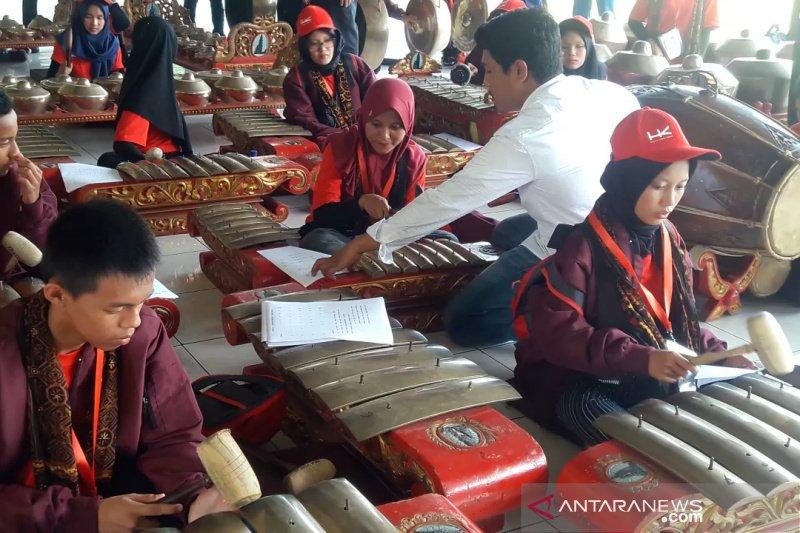 SMN 2019 - Puluhan peserta SMN Riau pelajari cara memainkan gamelan di Yogyakarta