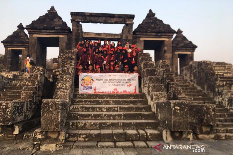 SMN 2019 - Peserta SMN Riau kunjungi Situs Ratu Boko