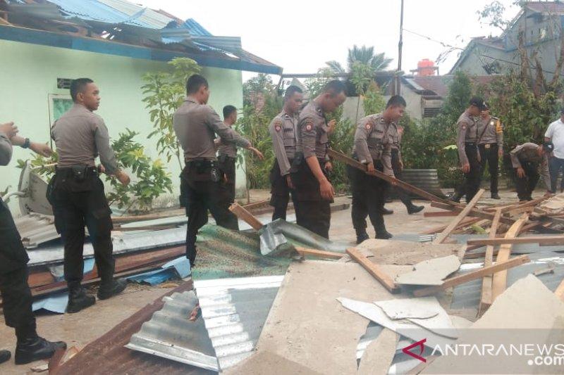 Puluhan polisi Kalbar bersihkan daerah terdampak angin kencang
