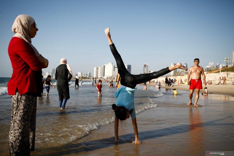 Libur Idul Adha, warga Palestina dan Israel berbaur di pantai