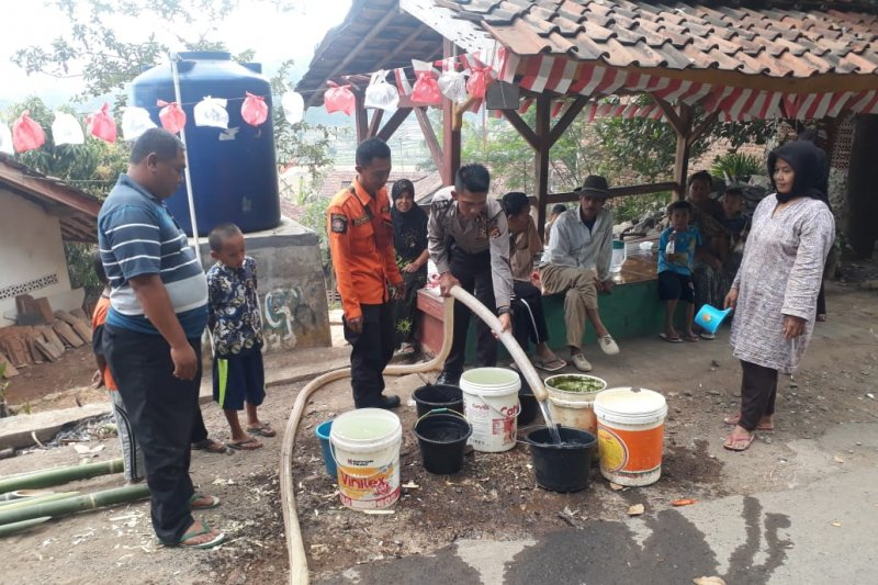 Pemkab Purwakarta salurkan 161.400 liter air ke daerah kekeringan
