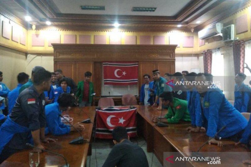 Mahasiswa paksa kibarkan bendera bulan bintang di Kantor DPR Aceh