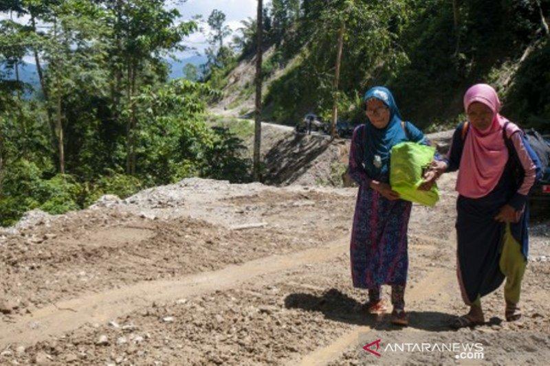 Longsor Jalan poros Palu-Kulawi isolasi 21 desa Foto Page 1