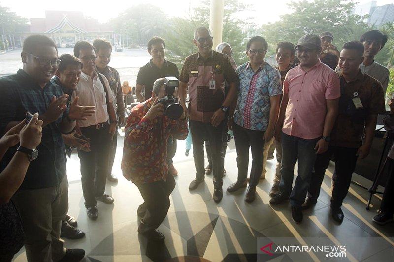 Jepret, inilah hasil foto Gubernur Riau Syamsuar ketika balik memotret fotografer Pekanbaru