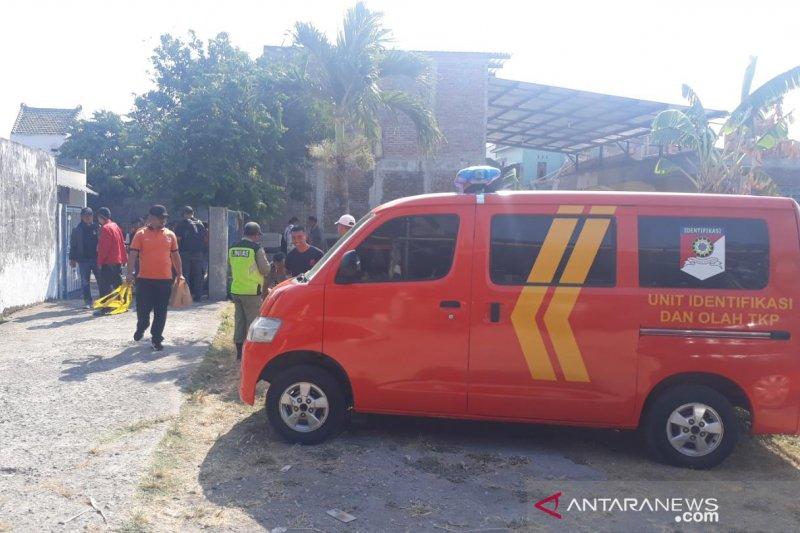 Densus bawa sejumlah barang bukti usai geledah  rumah terduga teroris