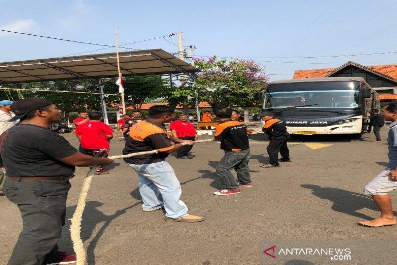 Lomba menarik bus sambut HUT RI di Pekalongan
