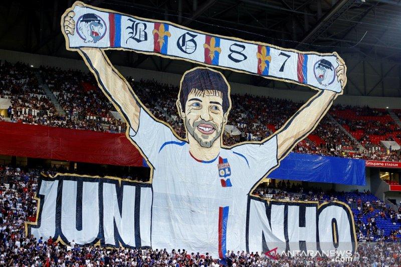 Suporter Lyon buat koreo sambut Juninho ketika timnya gilas  Angers