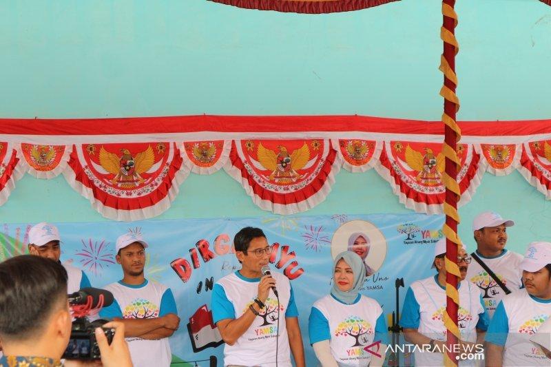 Sandiaga dan Nur Asia Uno rayakan HUT Kemerdekaan RI di Cilincing