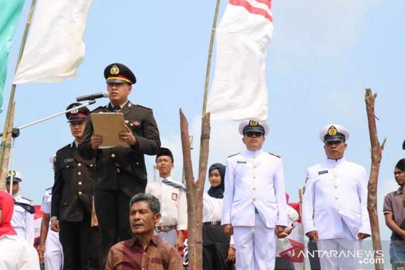 Polisi upacara HUT RI di atas laut Senggarang
