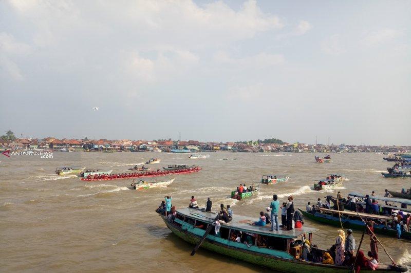Lomba perahu bidar HUT Kemerdekaan disaksikan ribuan warga Palembang