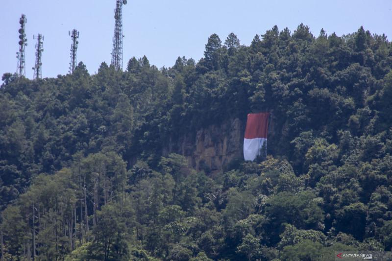 Ada Bendera Raksasa di Sawahlunto