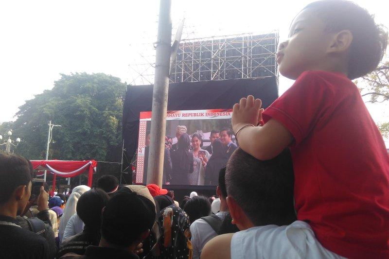 Tepuk tangan riuh masyarakat lihat Presiden gandeng cucu