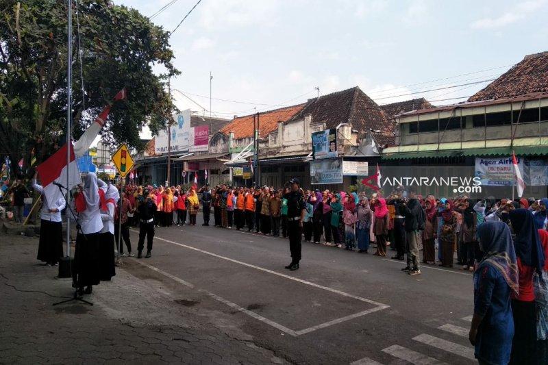 Ratusan pedagang Pasar Wates mengikuti upacara HUT ke-74 Kemerdekaan RI